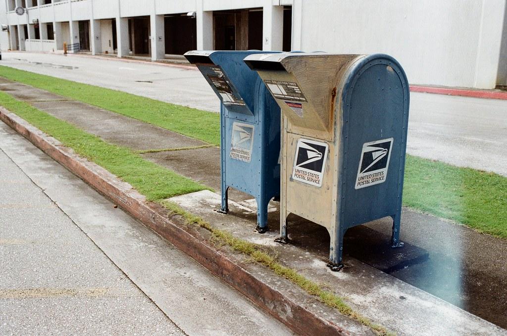 Guam, US / Kodak ColorPlus / Nikon FM2 沒記錯到話,我先跑來郵局想要直接寄出剛買的明信片,但是沒想到假日沒有開門。  很混亂的一直拿不下決定,下次出去旅行的時候不要再考慮這些問題了。  Nikon FM2 Nikon AI AF Nikkor 35mm F/2D Kodak ColorPlus ISO200 7412-0021 2016-11-06 Photo by Toomore