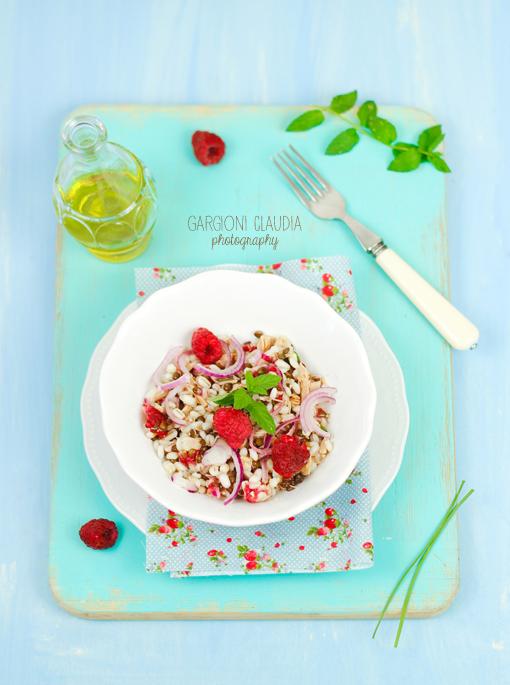 insalata di lenticchie, orzo, sgombro e lamponi