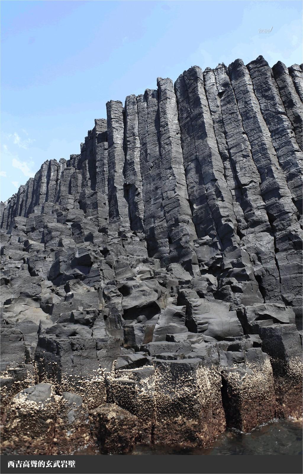 西吉高聳的玄武岩壁