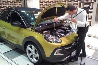 Opel-Blogger Markus Hofmann mit einem Nahfeldmikrofon am ADAM ROCKS im Akustiklabor