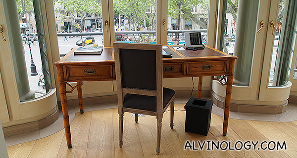I love this workdesk which faces the street