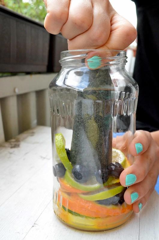 machacar las frutas para obtener el zumo