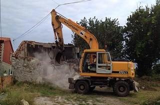 Derriban una casa en ruina en la calle Canteros de Trasmiera, en Monte