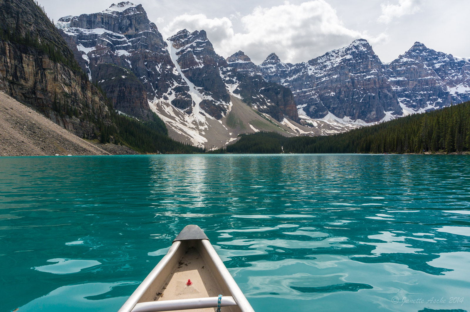 (x-post from -r-TrueNorthPictures) Canoeing on Moraine Lake, Alberta, Canada [1600x1063] by Janette Asche