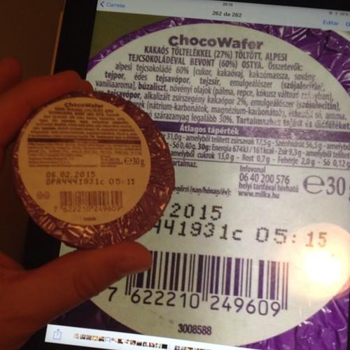 A simple vista no puedo leer la etiqueta nutricional de este #ChocoWafer de #Milka. Le hice una #foto con el #iPad y me entero que tiene 17 gramos de hidratos de carbono. Sí, tiene #azúcar, pero yo cuento #carbohidratos y uso #insulina.