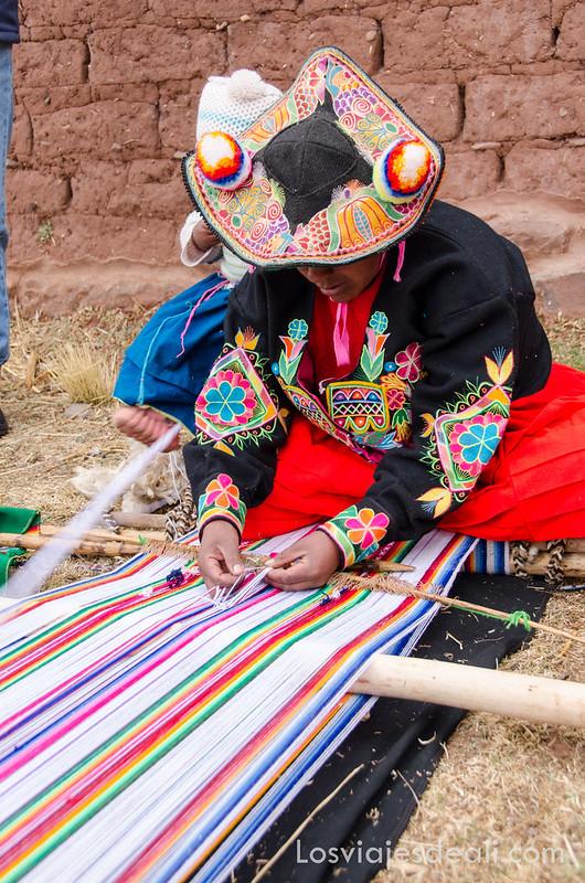 mujer de la Comunidad Llachón tejiendo en la Península de Capachica
