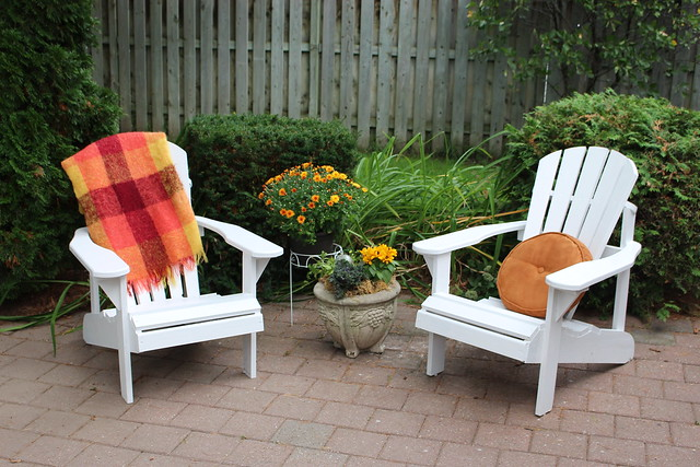 behr-marquee-exterior-paint-outdoor-chairs