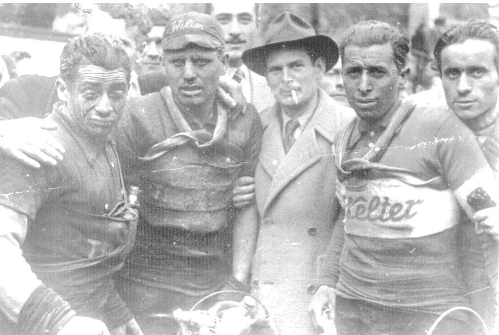 1947 arrivo Milano-Sanremo da sx: Selvatico Selvino, Monari Gildo, Paul Newman (attore)