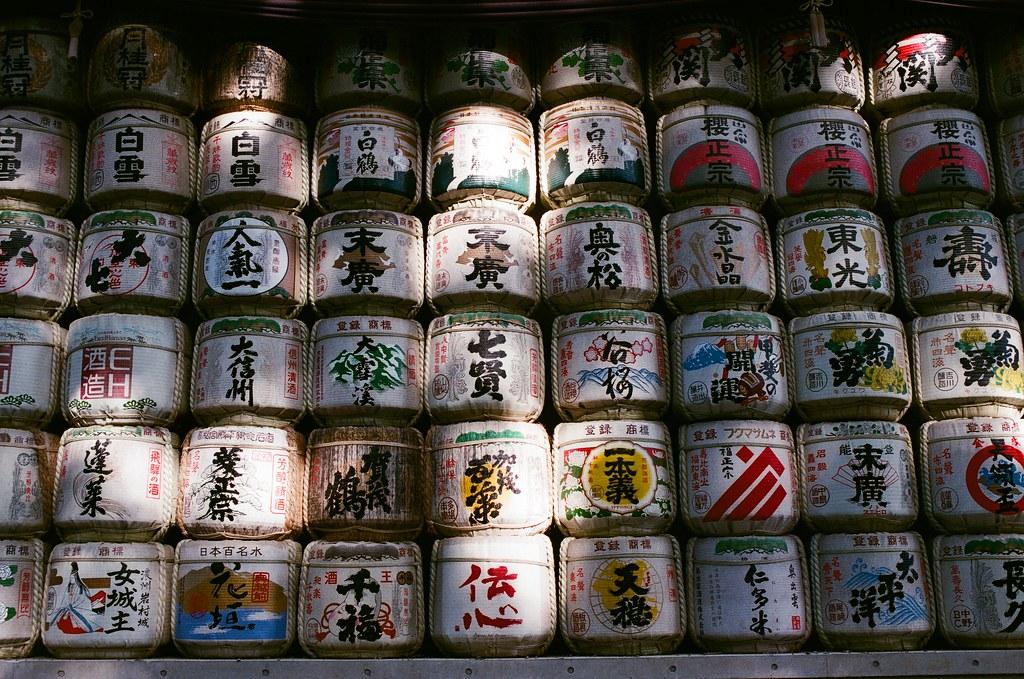 明治神宮 Tokyo, Japan / AGFA VISTAPlus / Nikon FM2 所以像是這樣奉納的酒是不會打開來喝的?  還是其實繞過去背後,每一桶都會有一個小的水龍頭可以轉開來喝。  不可能,我一定是亂講的。  日本的文化真的好有美感!  Nikon FM2 Nikon AI AF Nikkor 35mm F/2D AGFA VISTAPlus ISO400 0996-0030 2015/10/02 Photo by Toomore