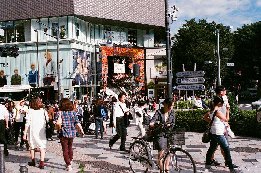 表參道 Tokyo, Japan / AGFA VISTAPlus / Nikon FM2 其實後來去東京的時候好像也常常經過這裡,對面的手扶梯四周是用不平整的反射鏡裝飾,如果站在 2F 往街道上拍,會有種在萬花筒裡的感覺。  可惜我是回來後看到其他人的作品才知道有這樣的景。  下次一定要記得也拍幾張!  Nikon FM2 Nikon AI AF Nikkor 35mm F/2D AGFA VISTAPlus ISO400 0996-0024 2015/10/02 Photo by Toomore