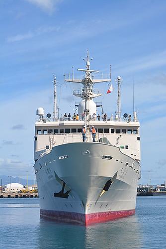 Hakuho Maru approaching pier