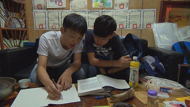志工小老師免費為茶農的孩子課後輔導