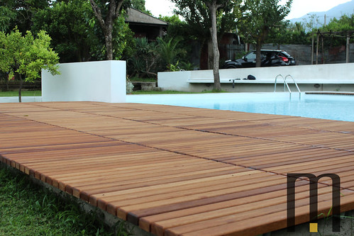 Platform in natural iroko wood for pool