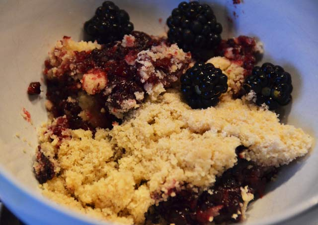 blackberry crumble in a bowl