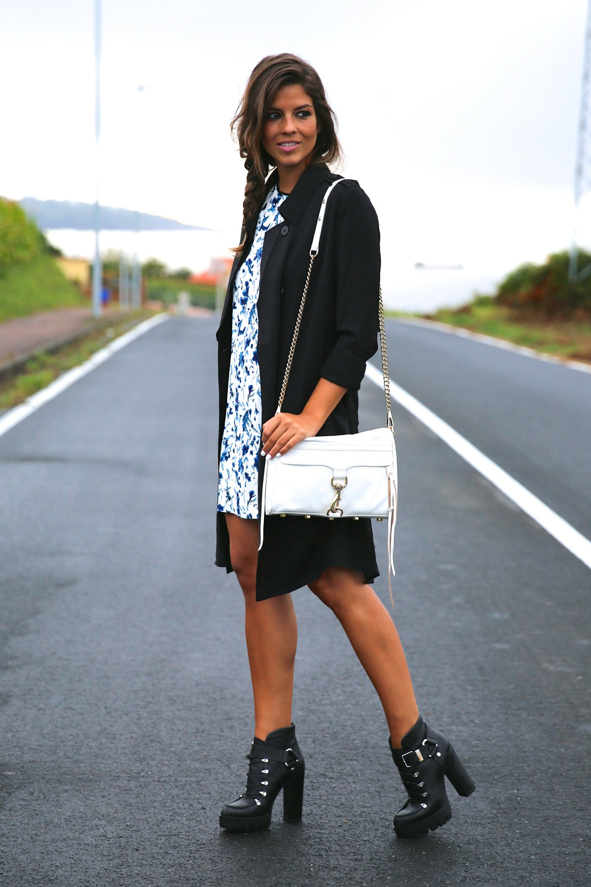 trendy_taste-look-outfit-street_style-ootd-blog-blogger-fashion_spain-moda_españa-combat_boots-botas_rock-parka-kimono-bolso_blanco-white_bag-galicia-vestido_flores-flower_print-dress-14