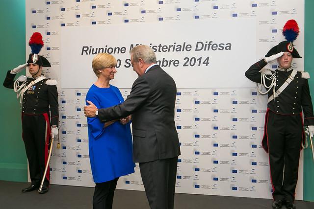 Χειραψία ΥΕΘΑ Δ. Αβραμόπουλου με την Ιταλίδα ομόλογο του Roberta Pinotti στο πλαίσιο του άτυπου συμβουλίου Υπουργών Άμυνας των χωρών της Ε.Ε (Μιλάνο 2014)