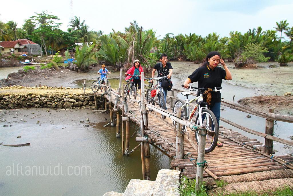 4.Bersepeda susur kampung dan melintasi sungai.