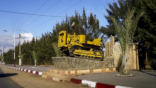 الجزائر البليدة بني تامو بنيتامو كاتربيلار algérie algeria blida caterpillar benitamou twentytwo tracteur chenille جرار monument مجنزر