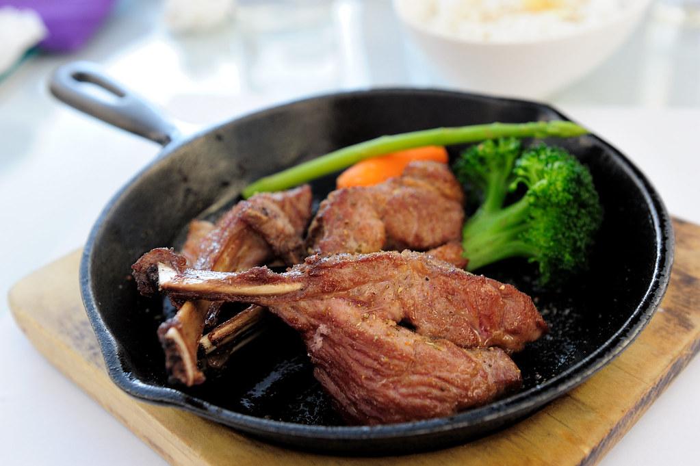 新竹【生鐵餐廳】原味香煎牛排&松坂豬~慢食新生活@新竹巨城購物中心旁