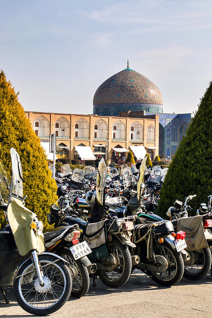 Many motorbikes in Imam square for friday prayer, Isfahan, Iran イスファハン、金曜礼拝のためにイマーム広場に集まったバイクたち
