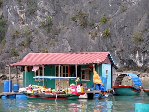 Casa flotante en la bahía de Halong
