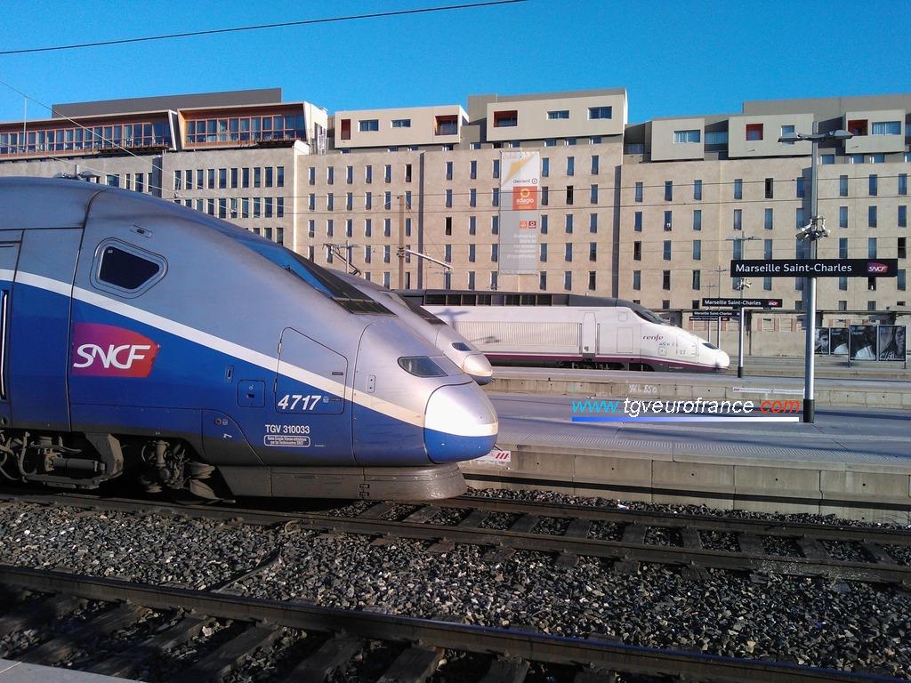 le TGV Euroduplex 4717 de SNCF Voyages (rame RGV 2N2 3UA) au premier plan et l'AVE 17 de RENFE (rame S-100)