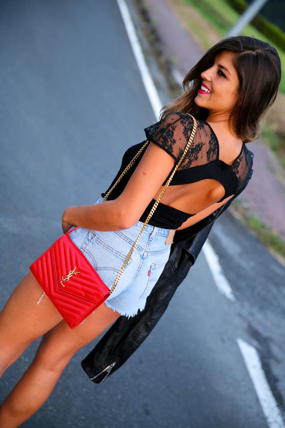 trendy_taste-look-outfit-street_style-ootd-blog-blogger-fashion_spain-moda_españa-denim_shorts-shorts_vaqueros-chaqueta_cuero-leather_jacket-ysl-saint_laurent-4