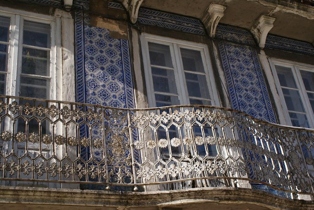 Fenêtre et balcon couvert d'azulejos à Lisbonne.