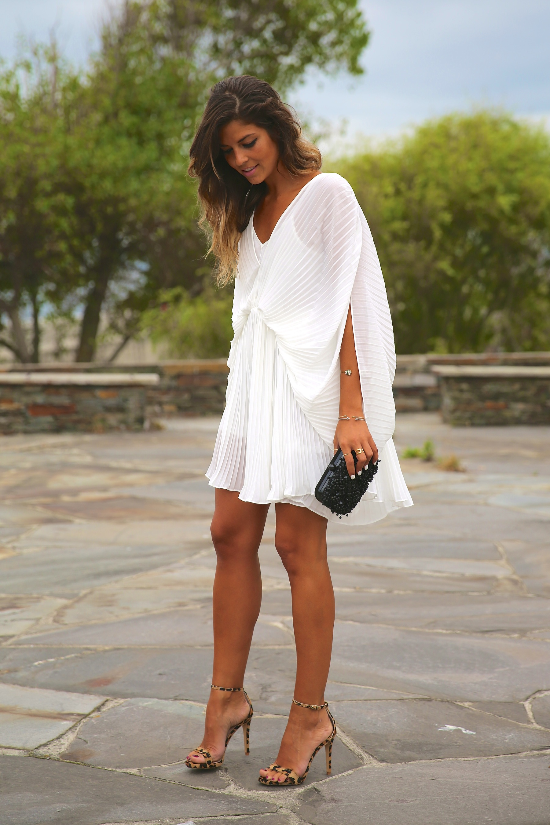 trendy_taste-look-outfit-street_style-fashion_spain-moda_españa-blog-blogger-vestido_blanco-white_dress-müic-jewels-joyas-leo_sandals-sandalias_leopardo-clutch_pedreria-15