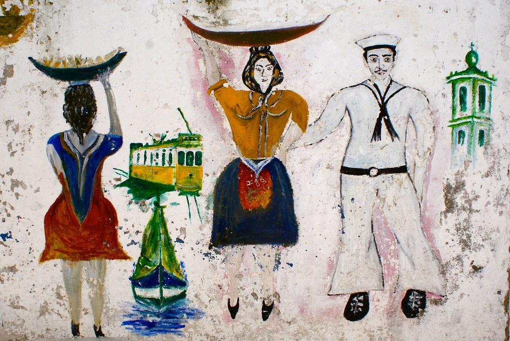 Street art + Lisbonne retro avec les marins, pêcheurs, vendeuses, le tramway et l'église.