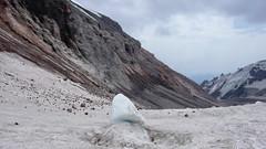 Droga powrotna ze szczytu Kazbek. Kamienie spadajace z wzgórza Khmaura po lewej.