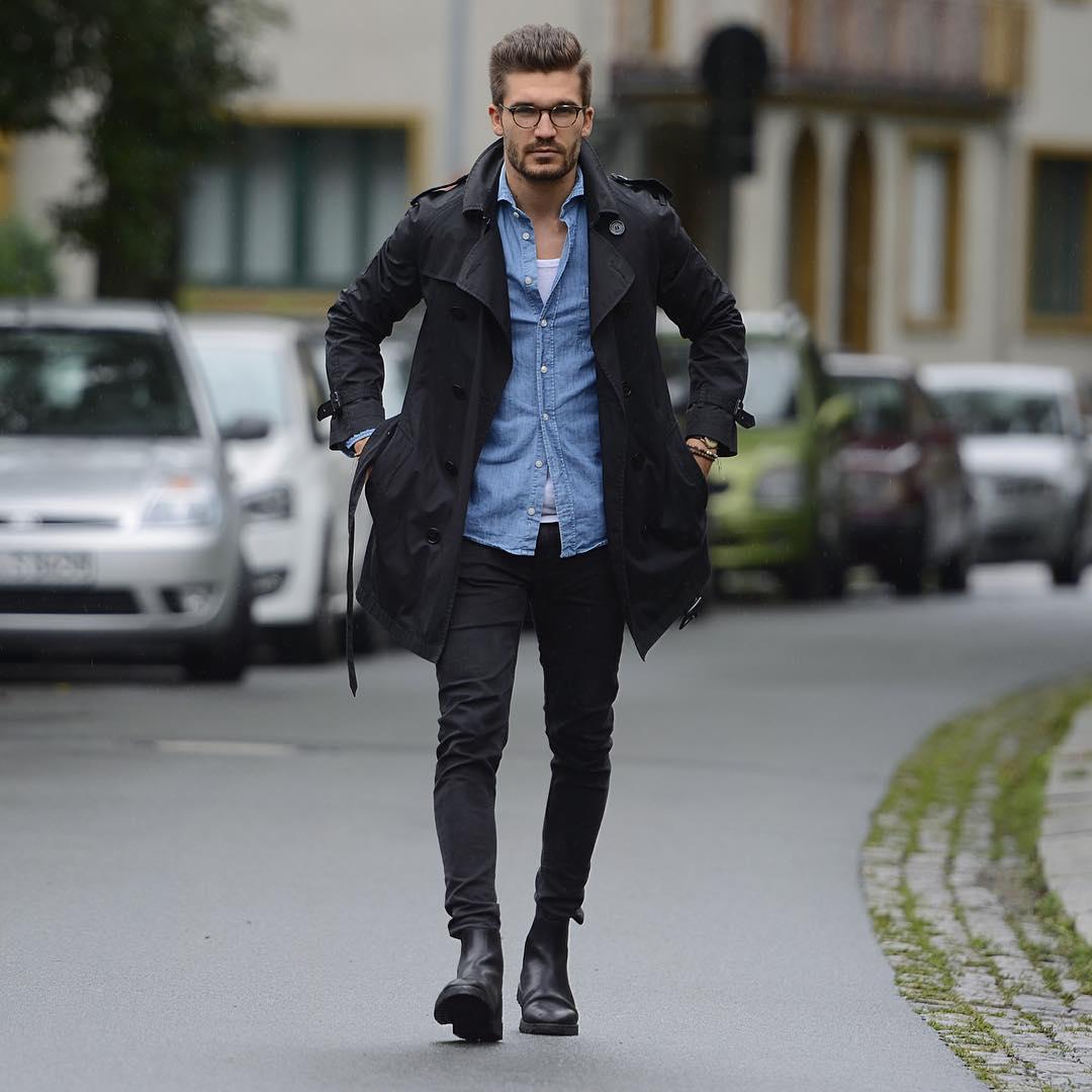 黒トレンチコート×デニムシャツ×黒パンツ×黒サイドゴアブーツ