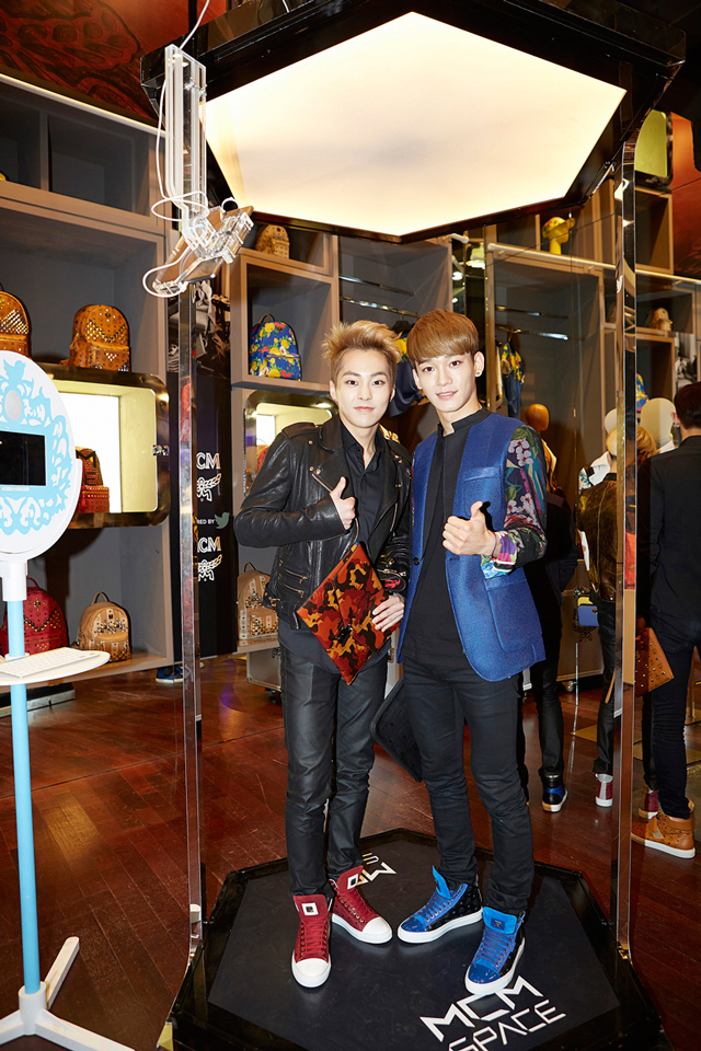 EXO-Xiumin-with-MCM-AW14-CamoLion-Clutch