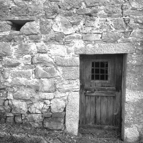 #rosello #abruzzo #blackandwhite #black&white #historic #house #summer2014 #iphone4s #italy #door