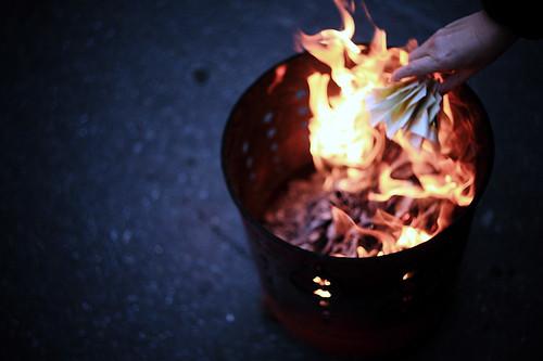 農曆七月大小祭祀不斷,燒紙錢更是大街小巷常見的光景。圖片來源:Danny Ku