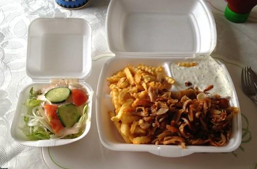 Dönerteller mit Pommes Frites & Salat / Kebap dish with french fries & salad
