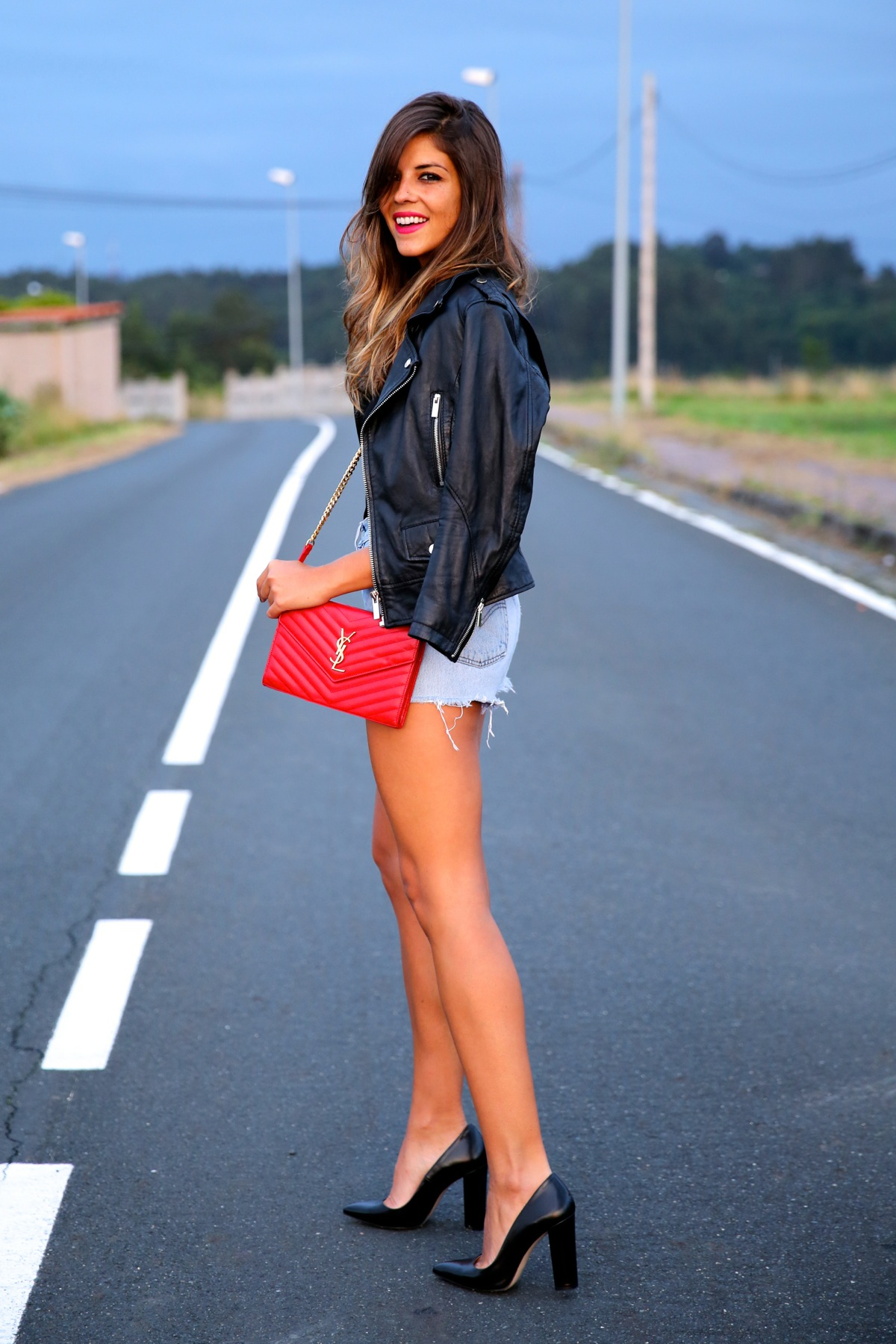 trendy_taste-look-outfit-street_style-ootd-blog-blogger-fashion_spain-moda_españa-denim_shorts-shorts_vaqueros-chaqueta_cuero-leather_jacket-ysl-saint_laurent-12