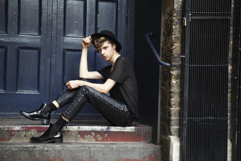 mikkoputtonen_fashionblogger_outfit_aldo_leatherpackback_isabelmarantpourHM_leatherpants_topman_hat_allblack_style_london_tigerofsweden_5_web