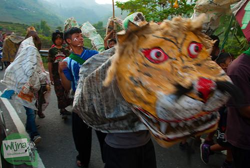 Topeng singa di pawai 17 agustus di sepanjang perjalanan menuju Dieng, Jawa Tengah