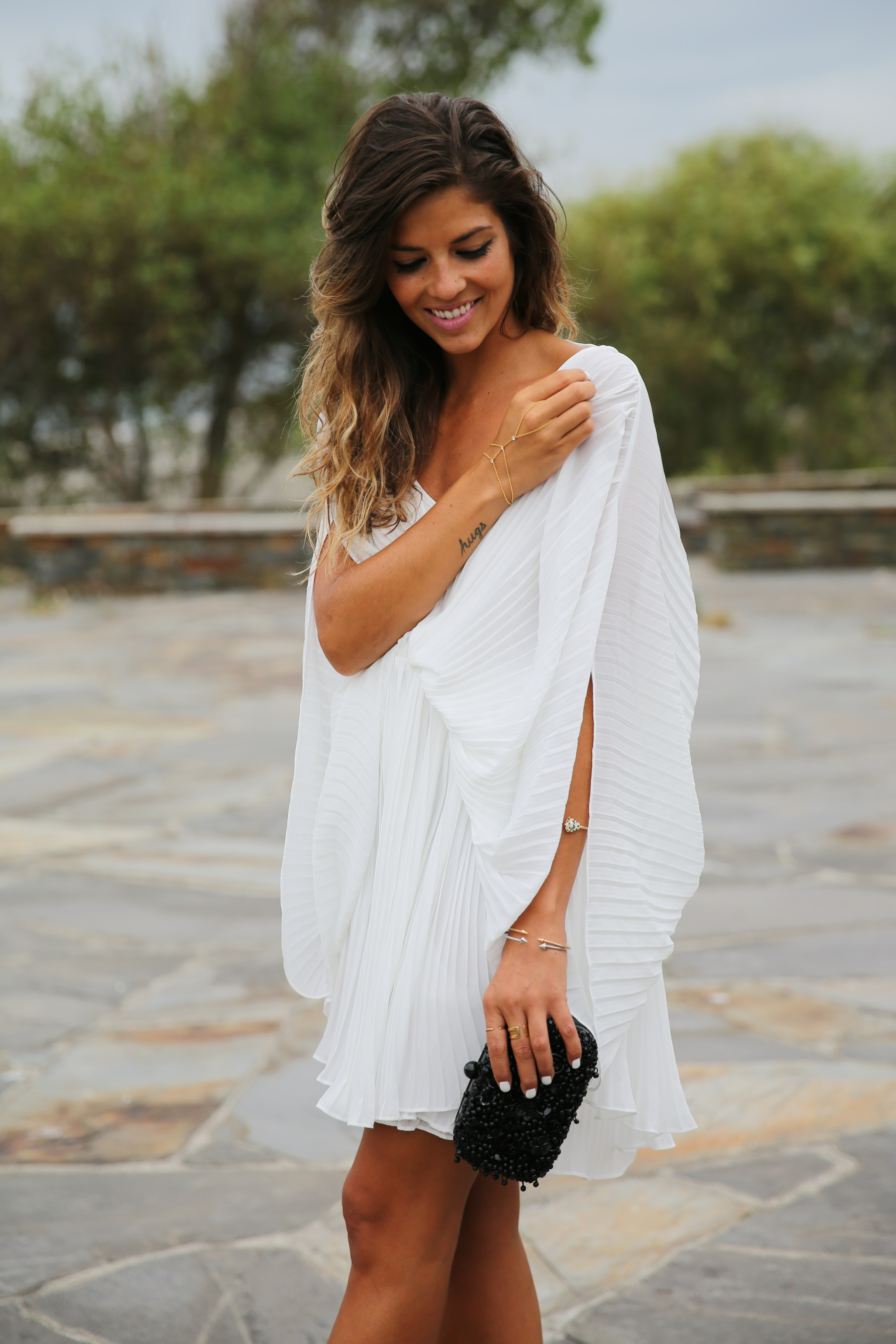 trendy_taste-look-outfit-street_style-fashion_spain-moda_españa-blog-blogger-vestido_blanco-white_dress-müic-jewels-joyas-leo_sandals-sandalias_leopardo-clutch_pedreria-6