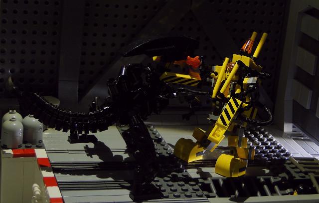 Ripley power loader fighting with alien queen