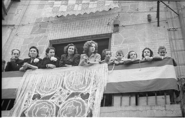 Grupo de personas en un balcón en el Corpus Christi de 1951 en Toledo. Fotografía de Roberto Kallmeyer © Filmoteca de Castilla y León. Fondo Arqueología de Imágenes