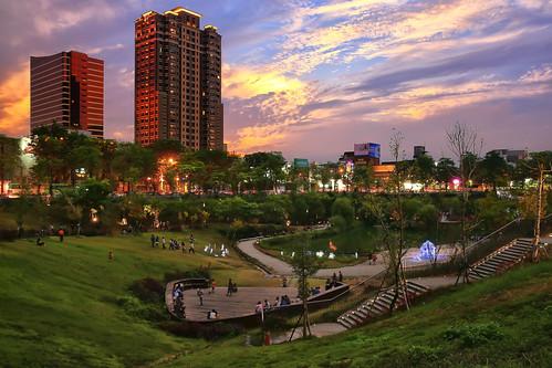 park light sunset cloud canon landscape cityscape dusk taiwan explore 夕陽 taichung 台灣 風景 hy bai 台中 攝影 explored 夕彩 fave50 fave100 暮光 秋紅谷 qiuhongvalleylandscapepark
