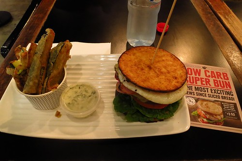 Almighty in low carb bun, zucchini chips, herbed mayo