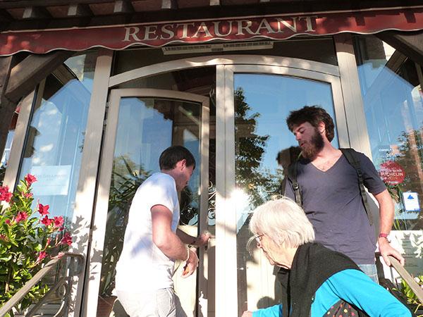 devant l'hôtel tatin