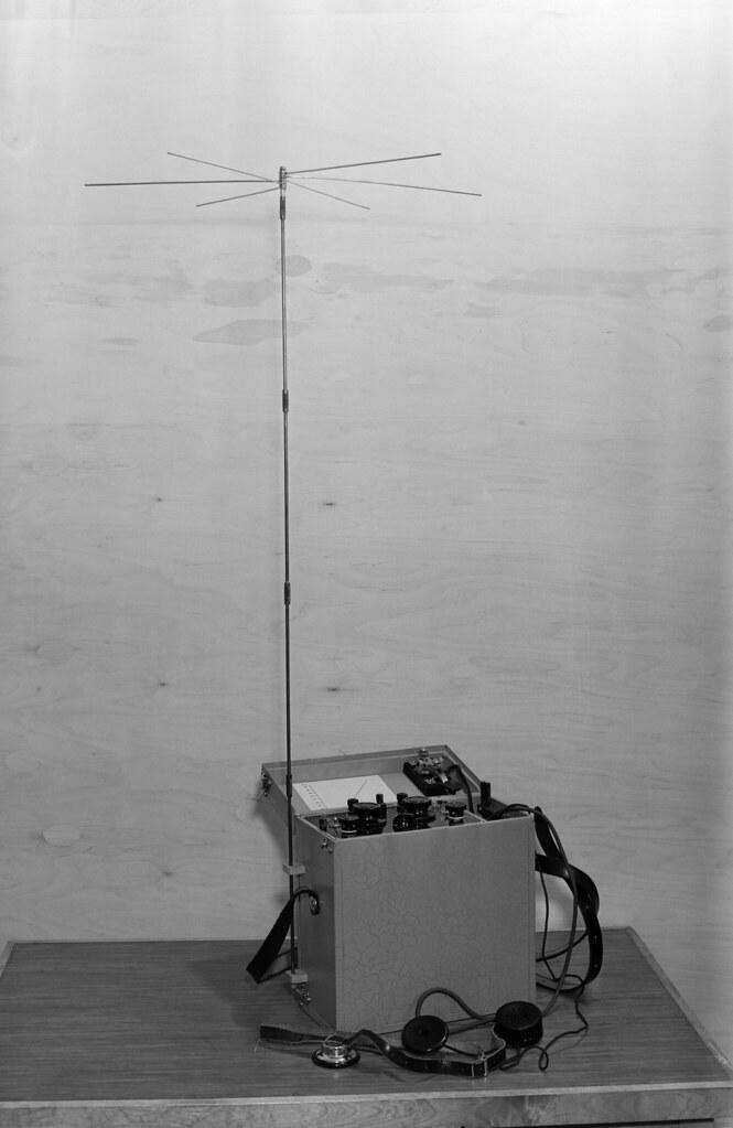Yleisradion työpajan valmistama lyhytaaltoradiopuhelin P12-12, 1940.