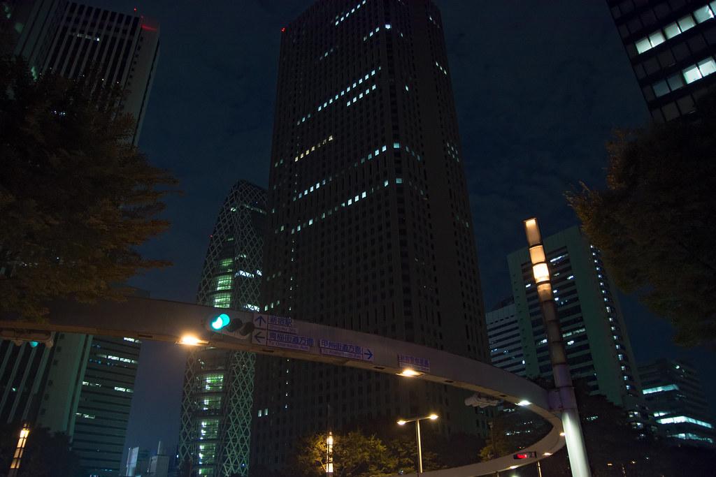 新宿警察署前交差点 (夜)