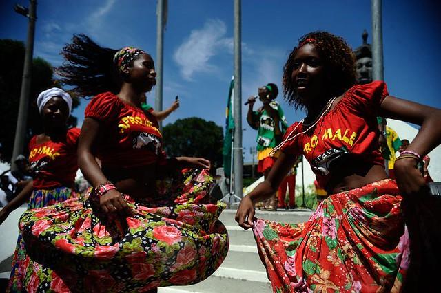Grupo Afro Imalê Ifé dança na celebração do Dia da Consciência Negra no monumento a Zumbi dos Palmares, em 2014 - Créditos: Fernando Frazão/Agência Brasil