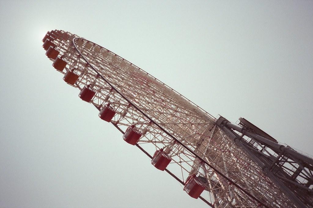 橫濱 Yokohama, Japan / Fujifilm 500D 8592 / Lomo LC-A+ 經過橫濱遊樂園,這個摩天輪就是日劇「談戀愛世界難」、「月薪嬌妻」常常出現的場景。  那時候好像快要中午,想要拍一個太陽被擋住的畫面,但好像效果沒有很好。  所以只剩構圖。  Lomo LC-A+ Fujifilm 500D 8592 7394-0020 2016-05-21 Photo by Toomore