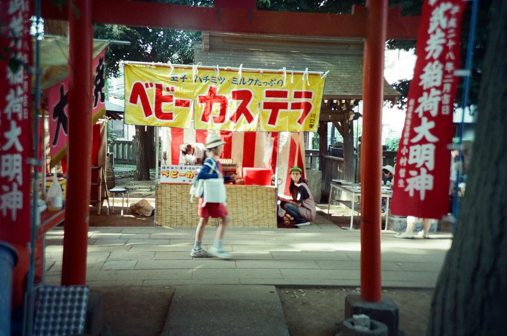 鬼子母神社 Tokyo, Japan / KODAK 500T 5219 / Lomo LC-A+ 常常拍這樣的畫面,如果純粹只是拍景的話,直接按快門就好,但那一陣子有規定自己畫面中最好還是有人誤會比較好,不要等到一個太乾淨的畫面。  當然人物也不是隨意放進來就可以,還是會等到他走的我想要的位置我才會按下快門。  所以這算是一步步規劃好的嗎?如果不在計畫內的事,我還會按下快門嗎?  Lomo LC-A+ KODAK 500T 5219 V3 7393-0027 2016-05-22 Photo by Toomore